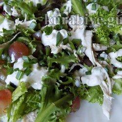 Куриный салат с виноградом и голубым сыром