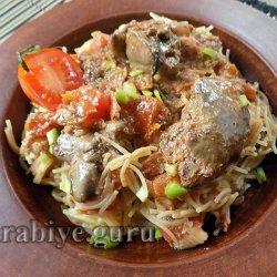 Куриная печень с вермишелью в томатном соусе