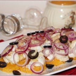 Салат с жареной треской, апельсинами и маслинами
