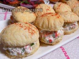 Закусочные пирожные с салатом из крабовых палочек
