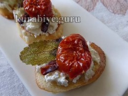 Брускетта с запечёнными томатами и сливочным сыром
