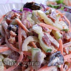 Салат Каприз с копчёной колбасой