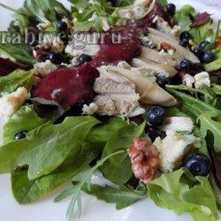 Куриный салат с черникой и голубым сыром